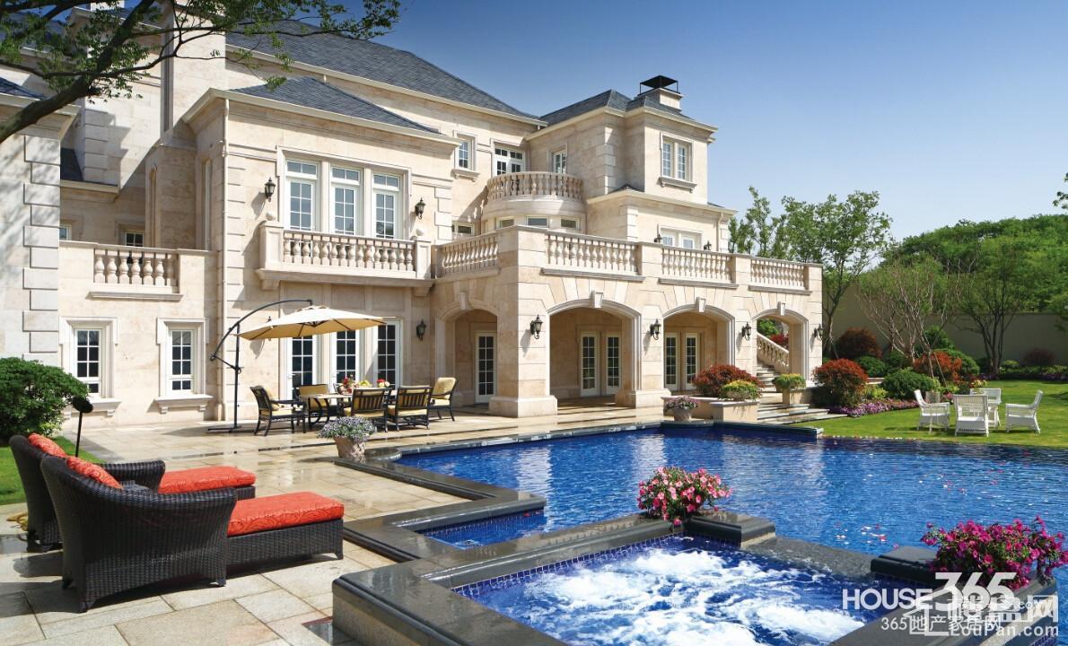 独栋别墅带游泳池