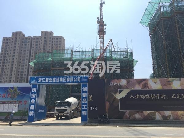 蓝光雍锦里工地入口实景图(2017.4 摄)